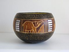 A bit of the Serengeti designs this Kamba Tribe Decorative Gourds handcrafted by skilled artisans from the Kamba Tribe in eastern Kenya, fashioned from calabash gourds and dyed with natural vegetable dyes, 3,54 inches tall x 4,30 diameter (Contenitore del Serengeti, chiamato anche Calabash, ricavato da zucche essiccate e svuotate, lavorate a mano, incise, decorate con colori vegetali dalla tribù Kamba del Serengeti, nella parte orientale del Kenya 9cm alto - 12cm diametro) 17,50€