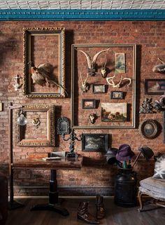 O loft reúne coleções e uma memorabilia interessante que oscila entre o hippie e o hipster. Algumas peças estão dispostas sobre a parede de tijolos aparentes, envoltas por molduras vazias. O teto do apê é de lata MAIS Bruce Buck/ The New York Times