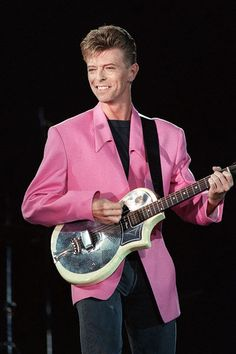 September 21, 1991 - Pretty in pink; a comfortable Bowie, otherwise occupied with his noise rock outfit Tin Machine, performs at a radio station concert in Paris.