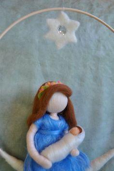 Waldorf ispirato ago feltrata bambola mobile: madre e di MagicWool