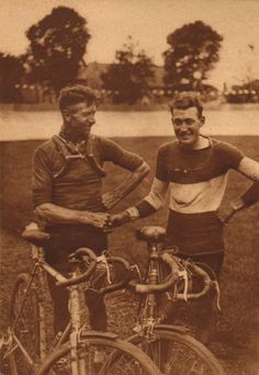 Tour de France 1927. 22^Tappa, 15 luglio. Metz > Charleville. Nicolas Frantz (1899-1985) e André Leducq (1904-1980): una stratta di mano dopo il traguardo per due grandi protagonisti della corsa [Match L'Intran]