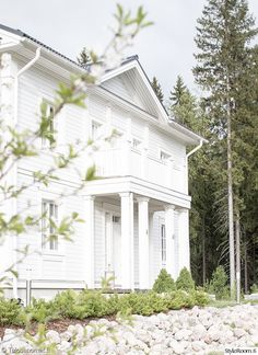 piha,talo,omakotitalo,valkoinen Exterior Makeover, Architectural Features, White Houses, Future House, Outdoor Gardens, Aurora, Facade, Architecture Design, House Plans