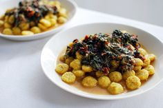 Polenta buttons with spinach and sun-dried tomato sauce Sun Dried Tomato Sauce, Dried Tomatoes, Polenta, Vegan Recipes Easy, Chana Masala, Spinach, Buttons, Ethnic Recipes, Food