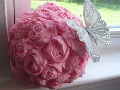 Kissing ball, I really like this for Christmas with red roses or berries! Kissing Ball, Butterfly Kisses, Paper Roses, Communion, Red Roses, Flower Arrangements, Balls, Our Wedding, Berries