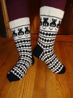 TEHOTÄTI TIKUTTAA: sukkasillaan hipsitään... Crochet Socks, Knitting Socks, Knitting Stitches, Hand Knitting, Knit Crochet, Black And White Socks, Norwegian Knitting, Bed Socks, Stocking Tights