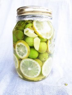 Olive in salamoia con zenzero, limone e menta Pickled Garlic, Fruit And Veg, Kimchi, Preserves, Italian Recipes, Pickles, Olive Oil, Cucumber, Buffet