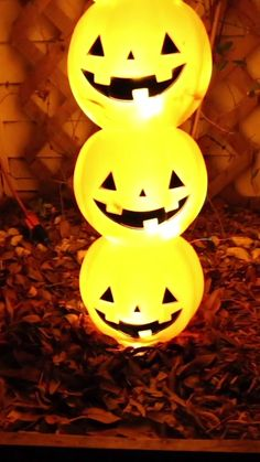Want to make a pumpkin topiary for your Halloween decor? This tutorial uses plastic pumpkin candy bo Halloween Veranda, Casa Halloween, Halloween Outside, Holidays Halloween, Halloween Pumpkins, Halloween College, Halloween Costumes, Halloween Camping, Halloween 2020