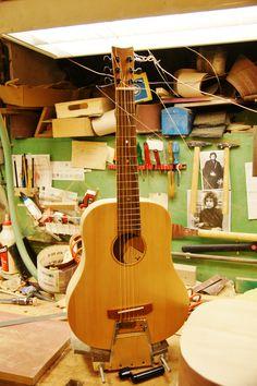 Zugvogel eine Reisegitarre! Eine kleine Massivholzgitarre mit Resonanzbodendecke, Zargen und Boden aus Limba, Hals Ahorn. Vollkommen eigene Konstruktion mit 540 mm Mensur