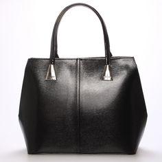 #maggio #michele Luxusní model od značky Maggio je z  odrazem elegance, luxusu a stylovosti.Z čelní strany je saffianová a na zadní straně je lakovaná.  Vezměte si ji na společenskou akci, ale i do práce nebo jen tak do města. Uvnitř vám kabelka nabídne menší kapsy bez zipu a se zipem a nedělený prostor s černou podšívkou. Kabelka je pevná, větší velikosti a můžete ji nosit v ruce nebo na předloktí. Tote Bag, Bags, Fashion, Luxury, Handbags, Moda, Fashion Styles, Carry Bag, Taschen