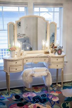 Vintage shabby-chic vanity with gorgeous detailing. Vintage shabby-chic vanity with gorgeous detailing. Shabby Chic Vanity, Vintage Vanity, Vintage Shabby Chic, Vintage Desks, Vintage Furniture, Antique Vanity Table, Vintage Style, Vintage Dressers, Deco Furniture
