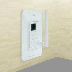 一般家庭用コンセントに埋め込むことで部屋をスッキリさせることができ、有線LANポートも搭載、JIS標準規格によって定められた1個用のスイッチボックスの配置孔に設置することが可能となっているWi-F