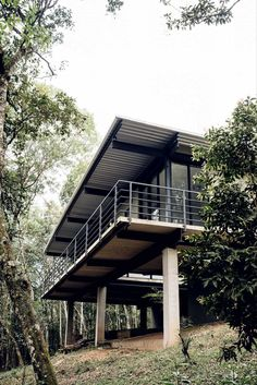 Casa Caucaia / Hungarian Architecture Studio on Inspirationde Cabin Design, Modern House Design, Haus Am Hang, House On Stilts, Cabin House Plans, Hillside House, Casas Containers, Steel House, Forest House