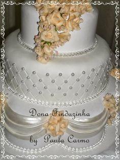 Bolo branco com flores  salmão by Dona Finduzinha