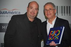 Michael Nagy, diretor-executivo do Rio CVB presenteia Octávio Neto com livro ilustrativo do Rio
