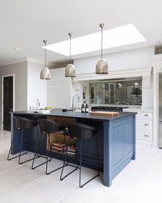 { Classic x Contemporary } We love the clean lines of the Spenlow kitchen in this lovely Victorian townhouse. The underlying foundations of every H|M kitchen are simplicity, symmetry, proportion and restraint and our Design Director, Peter Humphrey (@phumphrey_hm) ensures that every space we design adheres to these values. We can't wait to share the full set of images from this shoot with you all - it's such a lovely space perfect for modern family living. // 📷 @paullmcraig // Have a…