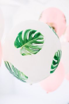 Create a beautiful luau or tropical dinner party with these palm fronds decoupage balloons. Diy Party Dekoration, Do It Yourself Inspiration, Flamingo Party, 30th Birthday Parties, Luau Party, Decoration Table, Diy Gifts, Party Time, Decoupage