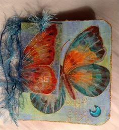 Tarjeta postal gran mariposa, reciclada de paquetes de galletas, de kellogs...de cualquier cartón interesante ;-)  Cada postal es única y original.    Postales p...