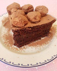 Olha quem fez o bolo de chocolate molhadinho e fofo!!!   A mamis linda @aureabuosi . E com capricho extra que só as mães saber fazer com trufinhas na cobertura.