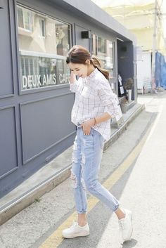Spring Summer Inspiration distressed jeans and horizontal shirt street style.