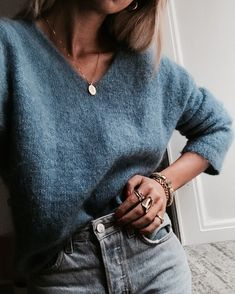 V-neck sweater + gold coin necklace + high waist jeans - Woman Casual Looks Street Style, Looks Style, My Style, Blue Style, Look Fashion, 90s Fashion, Fashion Outfits, Fall Fashion, Fashion Ideas