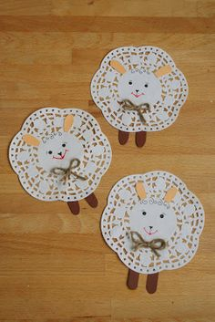 Easy Sheep decorations using paper doilies (website in Hungarian? but easy to make) Great for little children's craft