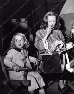 candid photo Bette Davis on the set with her daughter visiting 842-36