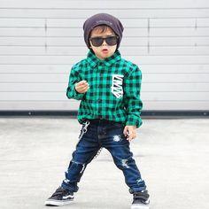 bebé con camisa de cuadros y pantalón de mezclilla