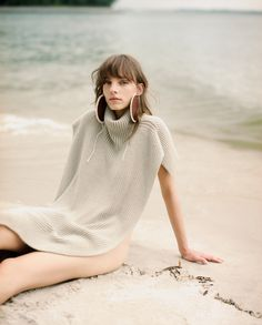 ELLE Singapore September 2018 Nora Rozsahegyi by Shawn Paul Photography: Shawn Paul. Makeup: Alex T. Beach Fashion Photography, Pool Photography, Beauty Photography, Fashion Models, High Fashion, Fashion Trends, High By The Beach, Winter Beach, Knitwear Fashion
