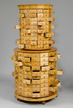 Koller Auctions - Koller West. I need this for my jewelry! antique wooden tower of drawers. If I-m not wrong thre are 140 drawers in the base and 140 smaller drawers in the top... 280 drawers... and I know exactly what to put in each one. #drawers #vintage torre di cassetti in legno, perfetta per una gioielleria. dovrebbero essere in tutto 280: 140 in basso e 140 piccoli cassetti in alto