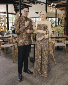 Who is not familiar with batik outfit? At first appearance batik was only Batik Muslim, Kebaya Muslim, Muslim Dress, Muslim Fashion, Hijab Fashion, Fashion Dresses, Dress Batik Kombinasi, Mode Batik, Batik Couple
