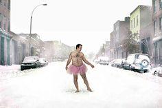 愛する妻のためにおっさんが立ち上がった! 裸にピンクのチュチュ姿で撮影したおバカなセルフ・ポートレートに隠された願いとは