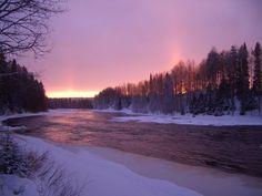 Schöner Sonnenuntergang am Fluss Iijoki, Taivalkoski, Lappland, Finnland