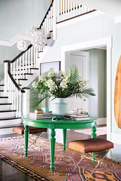 Katie Lee gave her black entryway table a second life by painting it a kelly-green hue. Katie Lee, Design Entrée, House Design, Design Color, Design Ideas, Stair Design, Design Inspiration, Style At Home, Black Entryway Table