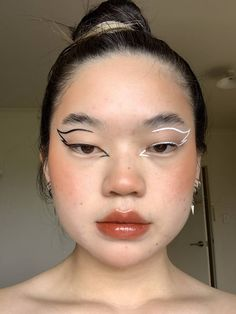 eyeliner graphic make up . eyeliner graphic look . Edgy Makeup, Eye Makeup Art, Cute Makeup, Pretty Makeup, Simple Makeup, Makeup Looks, Hair Makeup, Gorgeous Makeup, Makeup Wings