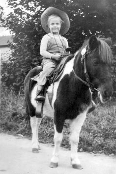 Neighborhood sidewalk photographer with his pony and cowboy hat Vintage Photographs, Vintage Photos, Antique Photos, Cowboy Girl Outfits, Old Pictures, Old Photos, Vintage Children Photos, Vintage Kids, Farm Kids
