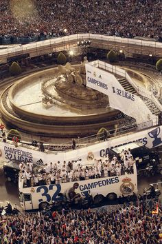 be-mine-benzema:  Real Madrid celebrating the 32nd La Liga Title, with the Madridistas at Cibeles.