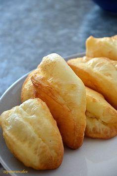✿ ❤ ♨ Mayasız hamurla yapılan pratik ve kolay PEYNİRLİ PİŞİ tarifi. (peynirli pişi tarifi malzemeler: 3 su bardağı un 1 su bardağı yoğurt 1 çay kaşığı karbonat 1 çay kaşığı tuz 1 yumurta 1 tatlı kaşığı sirke ve iç malzeme peynir.)