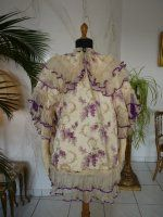 Antique Cape 1900..Very beautiful Cape of silk, circa 1900. American label: Mrs. Arnold * Brooklyn. The silk is printed with floral motifs, especially with lilac. The lilac color predominates, thanks also to the lilac border of the folds.