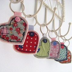 Fabric heart key rings I could make that. Craft Stalls, Diy Accessoires, Heart Keyring, Fabric Hearts, Heart Crafts, Fabric Scraps, Wool Fabric, Design Crafts, Craft Fairs