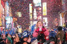 Woelt Magazine - Waar zoen jij om 12 uur? - Waarschijnlijk is het niet echt een grote verrassing, maar Oud & Nieuw in New York staat natuurlijk met stipt op nummer 1! Het gratis NYE feestje op Times Square is een feest dat je nooit meer zult vergeten. The Ball Drop is het startsein van een spectaculaire vuurwerkshow en trekt zo'n 500.000 bezoekers. De sfeer van New Years Eve in New York is geweldig en daarom zeker een eerste plaats waard. - #Nye #newyork #2015 #nyc