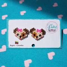 Puppy with bow Hama Beads Patterns, Peyote Patterns, Beading Patterns, Animal Earrings, Seed Bead Earrings, Diy Crafts Hacks, Peyote Beading, Beaded Animals, Bead Jewellery