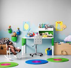 Chambre d'enfant avec bureau blanc/vert réglable sur trois hauteurs différentes, pour suivre l'enfant dans son évolution. Avec étagère blanc/vert et chaise de bureau blanche.