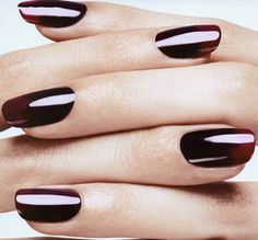 Donkerrode nagels of zelfs zwart