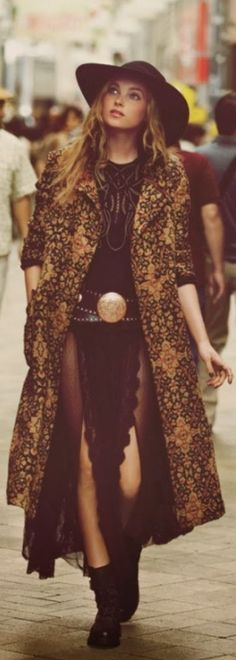 Best In Trend Winter Boho Outfits That is why, you need to look at winter months and the way we dress during this time in a different way. Boho Gypsy, Gypsy Style, Hippie Style, Bohemian Style, Bohemian Fashion, Bohemian Clothing, Hippie Boho, Bohemian Fall, Bohemian Dresses