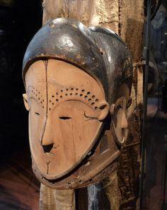 Masque à quatre visages Ngong tang, population Fang Betsi ou Fang Ntumu, Gabon. 19e siècle. Bois, pigments, miroirs. Musée du quai Branly.