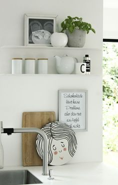Ich liebe einfach weiß und grau. Diese beiden Farben sehen immer super edel aus und in Kombination mit dem Holz wirken sie auch nicht mehr ganz so kühl...