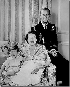 Queen Elizabeth II poses with her husband Prince Philip, Duke of Edinburgh and their children Prince Charles of Wales (L) and Princess Anne, how happy HM looks Prince Charles, Prinz Philip, Prinz William, Clarence House, Rei George Vi, The Heir, Princesa Anne, Kate Und William, Lady Diana Spencer