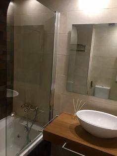 Baño con hidromasaje Bathroom Lighting, Living Spaces, Sink, Mirror, Furniture, Home Decor, Nail Decorations, Blue Prints