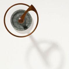 厚さ1mmの単板を12枚曲げ重ねたリング部分と支柱の接合を工夫し、シンプルながら職人の成形技術を駆使した一台。