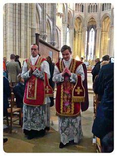 Ordination de deux nouveaux prêtres pour la Fraternité Saint-Pierre hier en la cathédrale de Meaux.